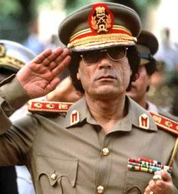 """Der libysche Revolutionsführer Muammar el Gaddafi, salutierend in Uniform, am 04.12.1985 während seines Besuches im Senegal/Afrika. In Libyen steht am 1. September zum 30. Mal der Nationalfeiertag vor der Tür. dpa (zu dpa-Korr """"30 Jahre Revolution in Libyen"""" vom 25.08.1999)"""